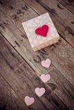 Boîte-cadeau et forme rouge de coeur sur le bois Photographie stock libre de droits