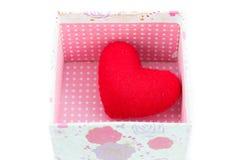 Boîte-cadeau et isolat rouge de coeur Photo libre de droits