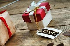 Boîte-cadeau et label avec amour de mot Photo libre de droits