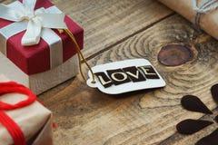Boîte-cadeau et label avec amour de mot Photo stock