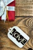 Boîte-cadeau et label avec amour de mot Photos stock