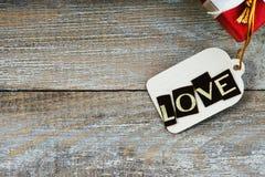 Boîte-cadeau et label avec amour de mot Images libres de droits