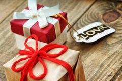 Boîte-cadeau et label avec amour de mot Image libre de droits