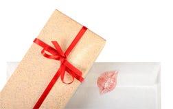 Boîte-cadeau et lettre d'amour Photographie stock libre de droits