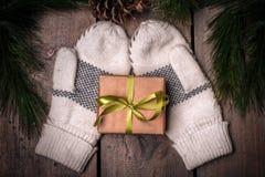 Boîte-cadeau et mitaines de Christmass Photos stock