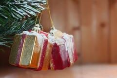 Boîte-cadeau et neige de Noël sur en bois Photos libres de droits