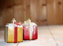 Boîte-cadeau et neige de Noël sur en bois Image libre de droits