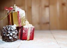 Boîte-cadeau et neige de Noël sur en bois Photographie stock libre de droits