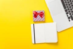 Boîte-cadeau et ordinateur portable avec le carnet Photo libre de droits