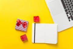 Boîte-cadeau et ordinateur portable avec le carnet Images stock