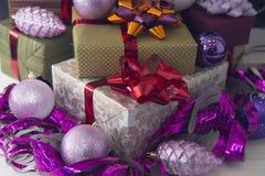 Boîte-cadeau et ornements de Noël-arbre Photographie stock