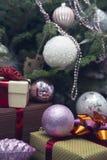 Boîte-cadeau et ornements de Noël-arbre Photos libres de droits