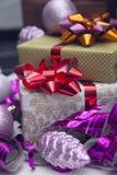 Boîte-cadeau et ornements de Noël-arbre Photo stock