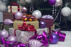 Boîte-cadeau et ornements de Noël-arbre Images libres de droits