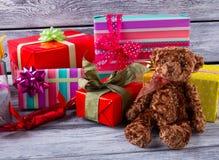 Boîte-cadeau et ours de nounours Photographie stock