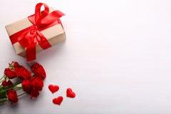 Boîte-cadeau et roses Image libre de droits