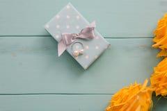 Boîte-cadeau et roses avec valentines, mariage, anniversaire, jour de mères ou cadeau d'anniversaire Photographie stock libre de droits