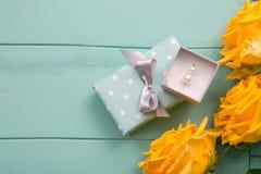 Boîte-cadeau et roses avec valentines, mariage, anniversaire, jour de mères ou cadeau d'anniversaire Images stock