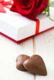 Boîte-cadeau et roses blancs sur la table en bois blanche closeup Photos stock