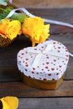 Boîte-cadeau et roses en forme de coeur de jour de valentines Photographie stock