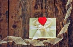 Boîte-cadeau et ruban de Saint-Valentin Images libres de droits