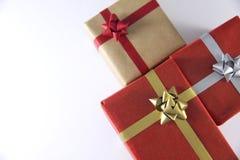 boîte-cadeau et rubans rouges et bruns photographie stock libre de droits