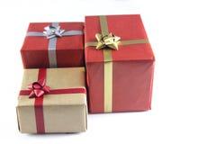 boîte-cadeau et rubans rouges et bruns images libres de droits