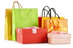 Boîte-cadeau et sacs colorés de cadeau sur le blanc Images libres de droits