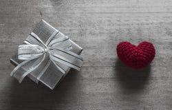 Boîte-cadeau et soie en forme de coeur rouge Images libres de droits