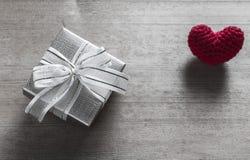Boîte-cadeau et soie en forme de coeur rouge Photo stock