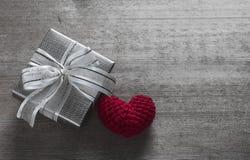 Boîte-cadeau et soie en forme de coeur rouge Photos stock