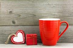 Boîte-cadeau et tasse rouge pour la Saint-Valentin Images libres de droits