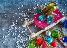 Boîte-cadeau et traîneau de Noël Images stock