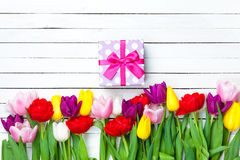 Boîte-cadeau et tulipes Photo stock