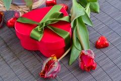 Boîte-cadeau et tulipes rouges Photographie stock libre de droits