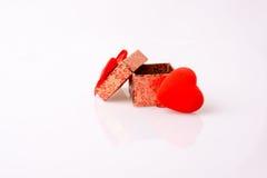 Boîte-cadeau et un coeur Photographie stock