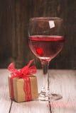 Boîte-cadeau et verre de vin rose Images libres de droits