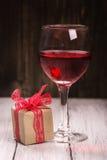 Boîte-cadeau et verre de vin rose Photographie stock libre de droits