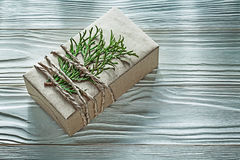 Boîte-cadeau fait main attaché avec la vue horizontale de branche de thuya Photos stock