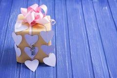 Boîte-cadeau fait main avec les coeurs, l'arc et les clés de papier d'argent Photographie stock