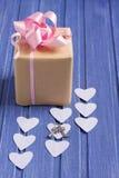 Boîte-cadeau fait main avec les coeurs, l'arc et les clés de papier d'argent Image libre de droits