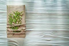 Boîte-cadeau fait main emballé avec les célébrations vertes Co de branche de thuya Photographie stock