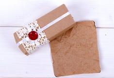Boîte-cadeau fait maison de papier d'emballage Photographie stock libre de droits