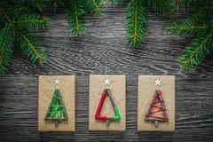 Boîte-cadeau faits main de branche de pin sur le conseil en bois Photo stock