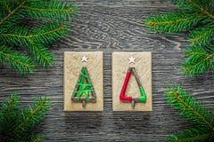 Boîte-cadeau faits main de branche de sapin sur le conseil en bois Photographie stock