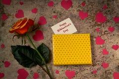 Boîte-cadeau, fleur rose, coeurs et ` heureux s DA de St Valentine des textes Image libre de droits
