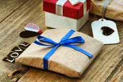 Boîte-cadeau, forme de coeur et amour de mot Images stock