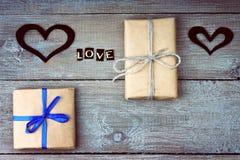 Boîte-cadeau, formes de coeur et amour de mot Image libre de droits