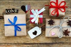 Boîte-cadeau, formes de coeur et amour de mot Photo stock