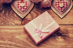 Boîte-cadeau, formes de coeur et roses Images libres de droits